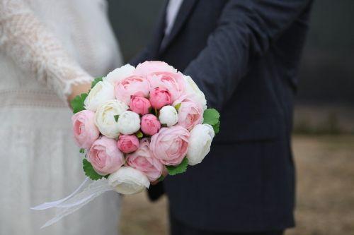 https://cdn.pixabay.com/photo/2017/04/08/03/00/bouquet-2212337_960_720.jpg