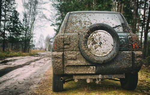 泥で汚れた車