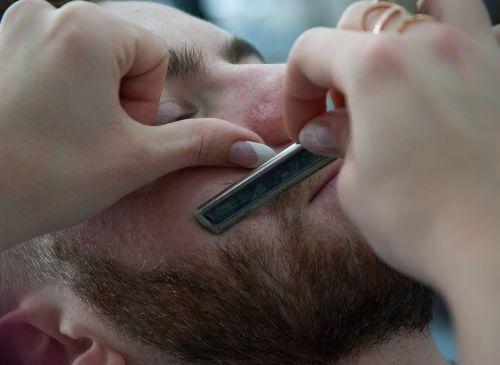 脱毛前の処置をする男性