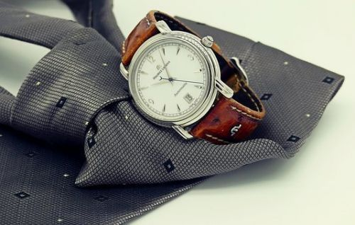 https://cdn.pixabay.com/photo/2017/03/20/15/13/wrist-watch-2159351__340.jpg